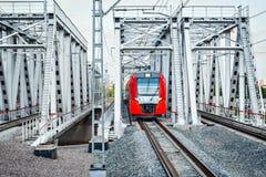 Il treno ad alta velocità avanza verso Immagine Stock