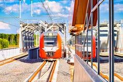 Il treno ad alta velocità avanza verso Immagini Stock Libere da Diritti