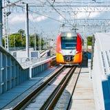 Il treno ad alta velocità avanza verso Immagine Stock Libera da Diritti