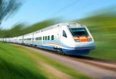 Il treno ad alta velocità bianco funziona sui binari sui modi della ferrovia di Mosca fra gli alberi di verde della betulla Treno Fotografie Stock Libere da Diritti