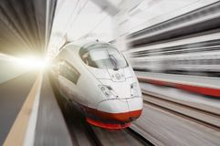 Il treno ad alta velocità guida all'alta velocità alla stazione ferroviaria nella città Fotografia Stock Libera da Diritti