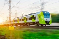 Il treno ad alta velocità guida all'alta velocità alla stazione ferroviaria nella città Immagine Stock Libera da Diritti