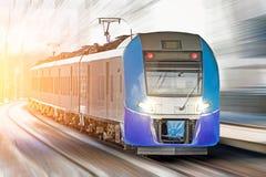 Il treno ad alta velocità guida all'alta velocità alla stazione ferroviaria nella città Fotografie Stock Libere da Diritti