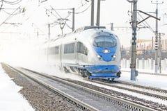 Il treno ad alta velocità guida all'alta velocità nell'inverno intorno al paesaggio nevoso Fotografia Stock Libera da Diritti