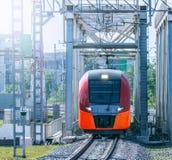 Il treno ad alta velocità si muove sul ponte Fotografie Stock