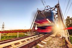 Il treno ad alta velocità si muove velocemente Immagine Stock