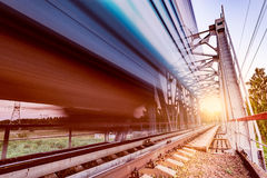 Il treno ad alta velocità si muove velocemente Fotografie Stock