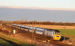 Il treno ad alta velocità sulla costa Est si buca vicino a York Fotografia Stock