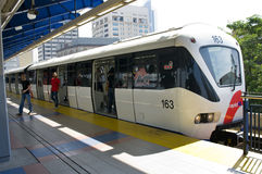 Il treno arriva ad una stazione ferroviaria. Kuala Lumpur fotografia stock libera da diritti