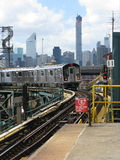 Il treno 7 arriva alla plaza di Queensboro, New York Fotografie Stock