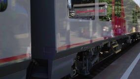 Il treno arriva alla stazione archivi video