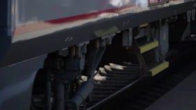 Il treno arriva alla stazione stock footage