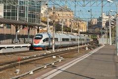 Il treno arriva alla stazione ferroviaria immagini stock libere da diritti