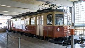 Il treno che funziona alla città dello sci di Murren in alpi svizzere, Svizzera Fotografia Stock