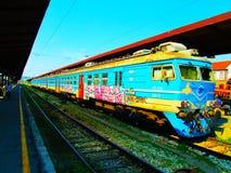 Il treno che rallenta in una stazione fotografia stock