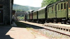 il treno che sta lasciando la stazione archivi video