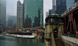 Il treno del ` di EL del ` passa Chicago River congelato a gennaio con la casa sul ponte in priorità alta Fotografia Stock