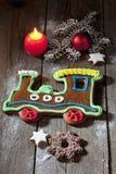 Il treno del pan di zenzero di Natale con la cannella della candela stars la lampadina di natale del ramoscello del pino sul pavi Immagine Stock Libera da Diritti