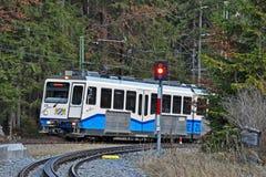 Il treno del rubinetto di Zugspitze arriva alla stazione di Eibsee Immagini Stock