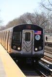 Il treno del sottopassaggio Q di NYC arriva al viale la m. Station a Brooklyn Immagine Stock