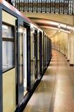 Il treno della metropolitana di Mosca sulla stazione abbandonata fotografie stock