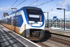 Il treno elettrico del passeggero va vicino alla stazione ferroviaria fotografie stock