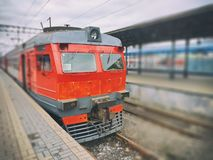 Il treno elettrico regionale si è fermato ad un binario immagini stock