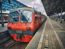 Il treno elettrico regionale si ? fermato ad un binario fotografie stock libere da diritti