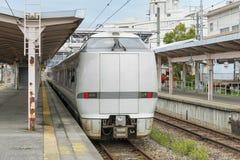 Il treno espresso limitato Noto Kagaribi alla stazione di Nanao immagine stock libera da diritti