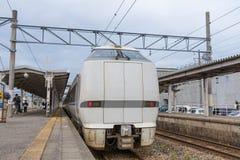 Il treno espresso limitato Noto Kagaribi alla stazione di Nanao fotografia stock libera da diritti