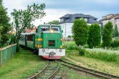 Il treno guida un percorso stretto e porta i turisti nei Carpathians immagini stock libere da diritti