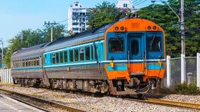 Il treno interurbano era stazione arrivante Fotografia Stock