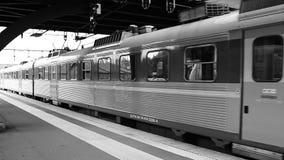 Il treno lascia la stazione video d archivio