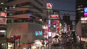 Il treno lascia la stazione di Shimbashi a Tokyo, Giappone, per rivelare l'intersezione principale archivi video