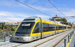 Il treno leggero della ferrovia della metropolitana fa Oporto, Portogallo Immagini Stock Libere da Diritti