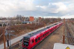 Il treno locale del Danese arriva alla stazione ferroviaria di Hoje Taastrup in Danimarca Immagini Stock