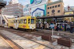 Il treno locale del tram elettrico dell'automobile della via a Nagasaki, Giappone Fotografia Stock