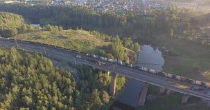 Il treno merci è sul ponte ferroviario archivi video