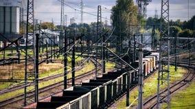 Il treno merci entra in una curva video d archivio