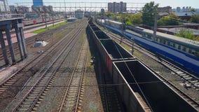 Il treno merci vuoto lascia la stazione della città di Novosibirsk stock footage