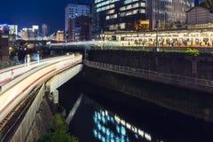 Il treno multiplo allinea la copertura alla stazione di Ochanomizu, Tokyo, Giappone Fotografia Stock