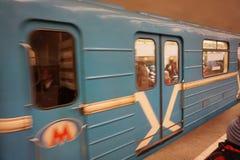 Il treno nel sottopassaggio arriva alla stazione fotografia stock