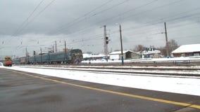 Il treno parte dal binario stock footage