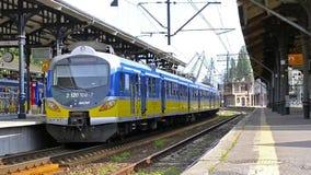 Il treno parte dalla stazione centrale, Danzica, Polonia stock footage