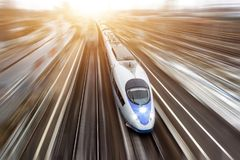 Il treno passeggeri ad alta velocità viaggia all'alta velocità Vista superiore con effetto di moto, fondo unto Immagine Stock