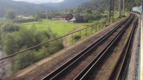 Il treno passeggeri guida a carpatico sopra i ponti stock footage