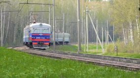 Il treno passeggeri passa e va via in foresta video d archivio