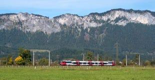 Il treno passeggeri va nelle alpi austriache Immagini Stock