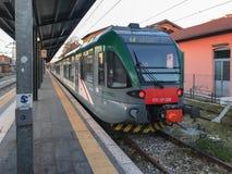 Il treno regionale a Lecco sta restando il binario vicino chiuso Fotografia Stock Libera da Diritti