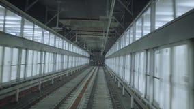 Il treno scava una galleria la vista di POV video d archivio